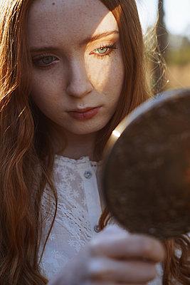 Mädchen mit Spiegel - p1694m2291662 von Oksana Wagner