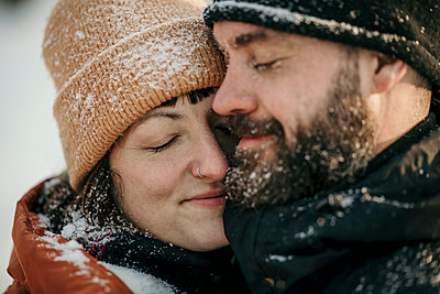 snow fun couple berlin germany - p300m2286487 von Malte Jäger