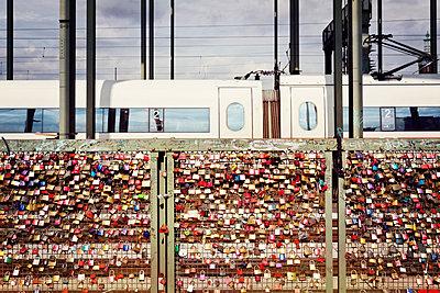 Germany, Cologne, lovelocks at Hohenzollern Bridge - p300m973511 by Merle M.