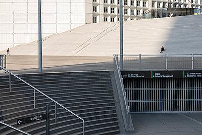 Empty business area - p940m2184792 by Bénédite Topuz