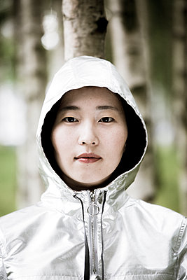 Female Asian wearing hooded jacket - p958m1446318 by KL23