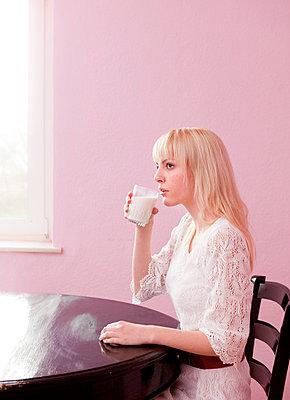 Milch trinken - p1051380 von André Schuster