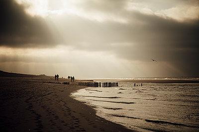 Deutschland, Nordsee, Strandimpressionen, Sylt, GodÂŽs rays, sunbeams - p300m2166232 von Annie Hall