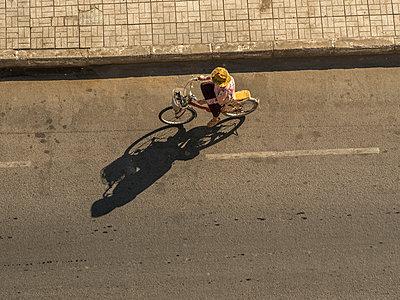 Radfahrer in Phnom Penh - p393m1452284 von Manuel Krug