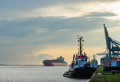 Ships docked in urban bay - p429m696577 by Mischa Keijser