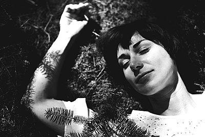 Frau im Wald - p772m881696 von bellabellinsky