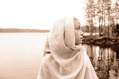 Girl at the lake, portrait - p945m2152889 by aurelia frey