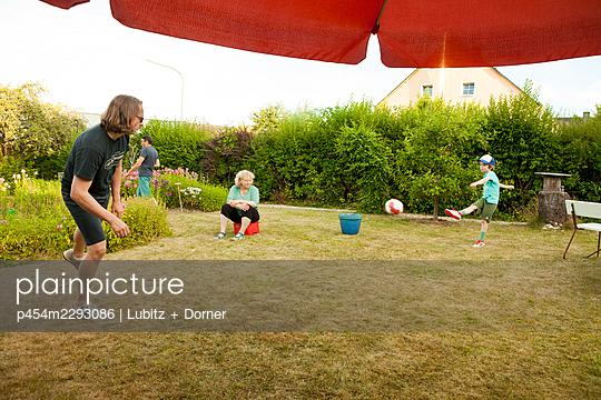 Playing football in the garden - p454m2293086 by Lubitz + Dorner