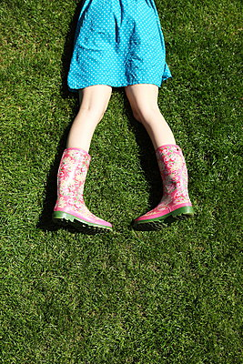 Relaxing in the garden - p045m912821 by Jasmin Sander
