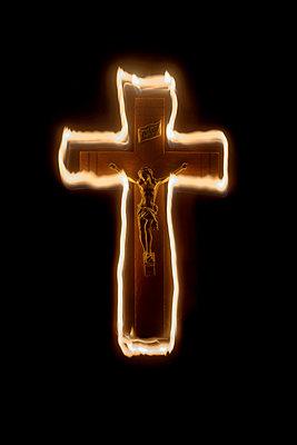 Brennendes Kruzifix - p1028m1048182 von Jean Marmeisse