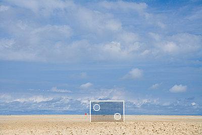 Torwand am Strand - p8060064 von Levi + Lo