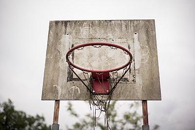 Alter Basketballkorb - p966m1511277 von Tobias Leipnitz