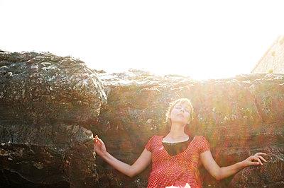 Frau lehnt am Felsen - p1229m2092757 von noa-mar
