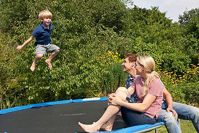Spaß auf dem Trampolin - p981m881532 von Franke + Mans