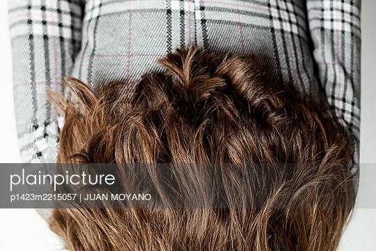 Long-haired woman upside down - p1423m2215057 by JUAN MOYANO