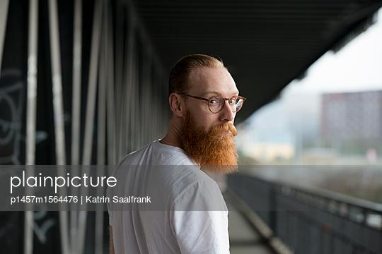 Mann unter einer Brücke - p1457m1564476 von Katrin Saalfrank