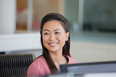 Portrait smiling, confident businesswoman in office - p1023m2046754 by Robert Daly