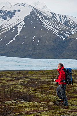 female hiker trekking through barren landscape in Skaftafell / Iceland - p1166m2268512 by Cavan Images