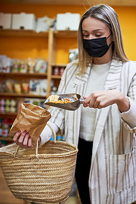 Woman doing some shopping at the organic shop. Sabadell, Spain. - p300m2257384 von Veam