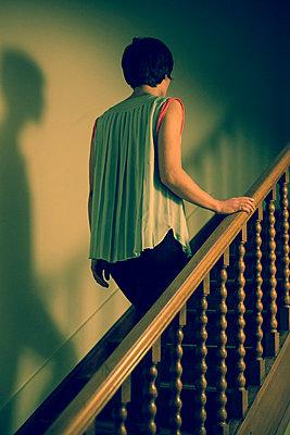 Junge Frau auf Treppenstufe - p432m815784 von mia takahara