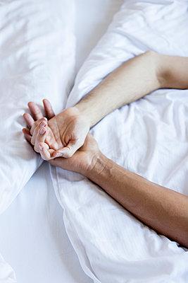 Schwules Paar im Bett - p787m2115261 von Forster-Martin