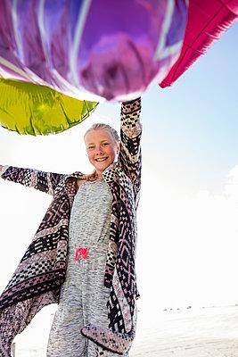 Mädchen mit Luftballons - p788m1133305 von Lisa Krechting