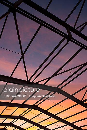 Blick durch eine Stahlkonstruktion auf den Sonnenuntergang - p1057m2031361 von Stephen Shepherd