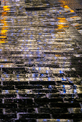 Wet street with lights - p1057m2230382 by Stephen Shepherd
