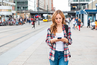 Woman using smartphone in the city, Berlin, Germany - p300m2156822 by William Perugini