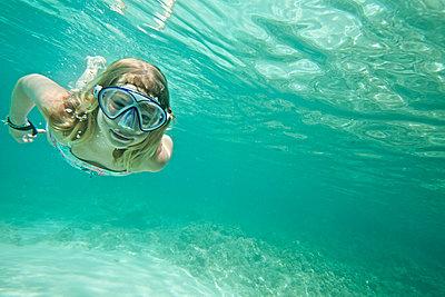 Mädchen unter Wasser - p713m2087654 von Florian Kresse