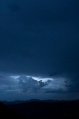 Stürmischer Himmel - p975m2005048 von Hayden Verry