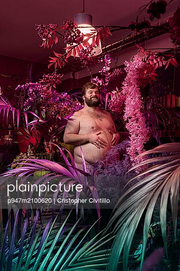 Nackter Mann zwischen Blumen - p947m2100620 von Cristopher Civitillo