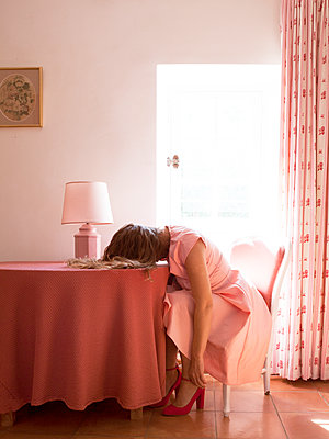 Young woman resting her head on the table - p1105m2126401 by Virginie Plauchut