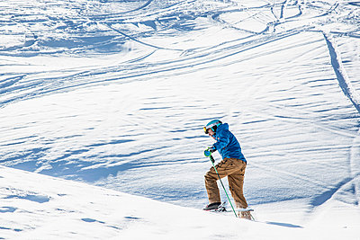 Skier skiing on mountainside - p429m1519424 by Guido Cavallini