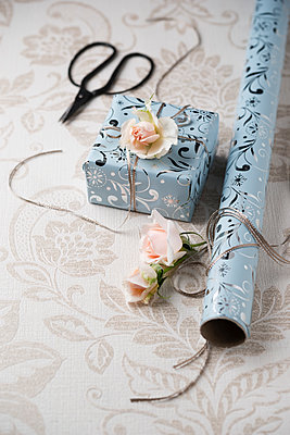 Wrapped present with rose blossoms - p300m2023536 by Mandy Reschke