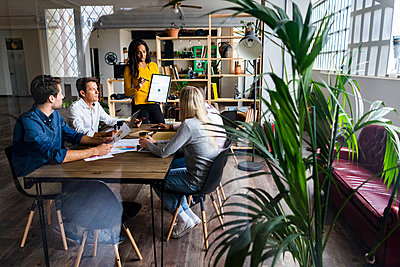 Businesswoman leading a presentation in loft office - p300m2079685 by Giorgio Fochesato
