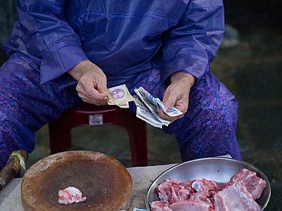 Marktverkäufer zählt sein Geld  - p393m1452254 von Manuel Krug
