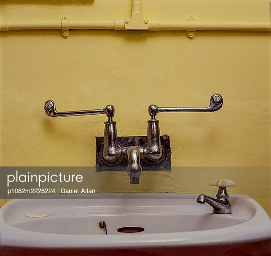 Altmodische Mischbatterie und Waschbecken - p1082m2228224 von Daniel Allan