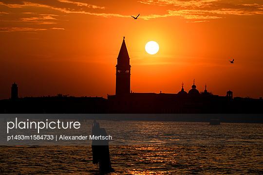 Sonnenuntergang hinter dem Campanile vom Markusplatz, Venedig - p1493m1584733 von Alexander Mertsch