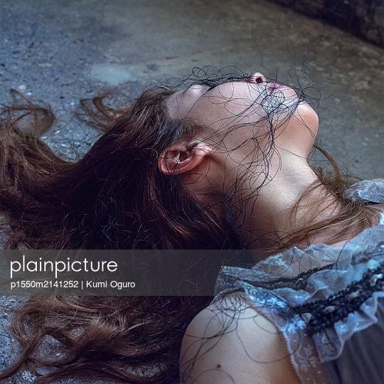 Totes Mädchen mit schwarzem Faden - p1550m2141252 von Kumi Oguro