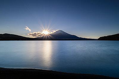 Sunset view of Mount Fuji from lake Yamanaka, Yamanashi Prefecture, Japan - p1166m2285586 by Cavan Images