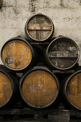 Barrels in winery cellar - p1216m2260530 von Céleste Manet