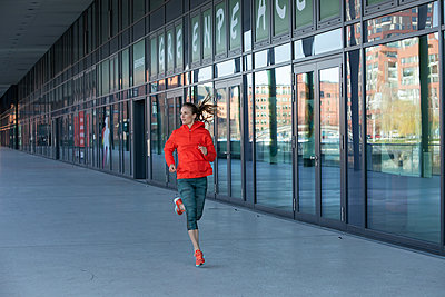 Woman jogging in Hamburg - p1678m2262305 by vey Fotoproduction
