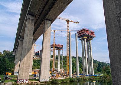 Autobahnbrücke im Bau - p1684m2280965 von Klaus Ohlenschlaeger