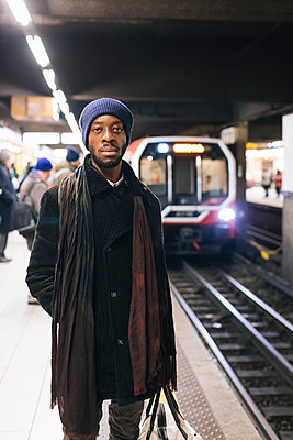African american man waiting at underground station - p300m1562594 by Mauro Grigollo