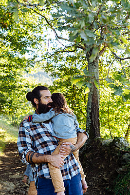 Father holding kid in the forest - p300m2140976 by Sofie Delauw