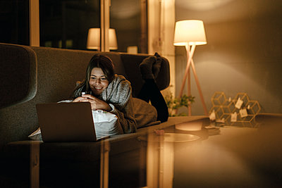 Young woman uses laptop in the living room - p586m1539462 by Kniel Synnatzschke