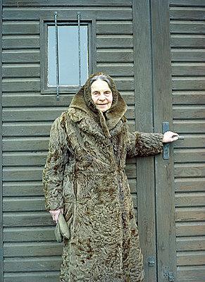 Alte Frau im Pelz - p6060279 von Iris Friedrich