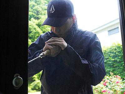 Mann bricht in Haus ein  - p6430003 von senior images