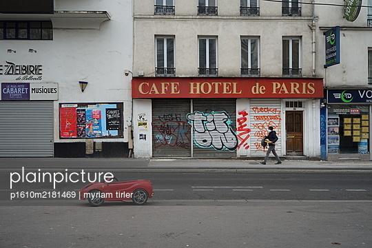 Street of Paris during covid-19 crisis. - p1610m2181469 by myriam tirler